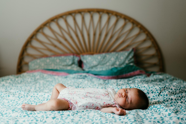 nouveau-ne endormi sur un lit lifestyle et a domicile