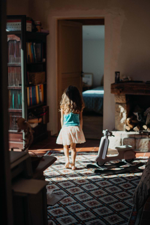 petite fille qui marche pieds nus sur un joli tapis dans la lumiere dans sa maison à le Rouret