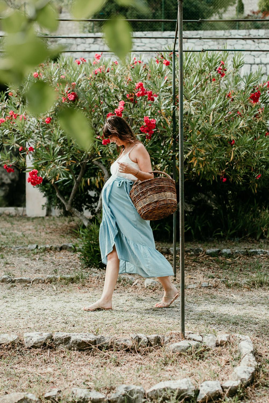 belle femme enceinte qui marche dans son jardin.