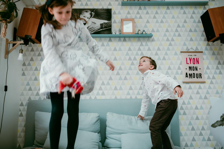 enfants sautent du canapé pendant une seance famille à domicile