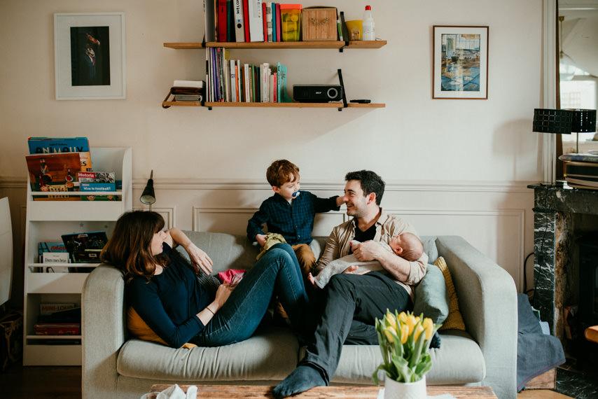 portrait de famille sur leur canape