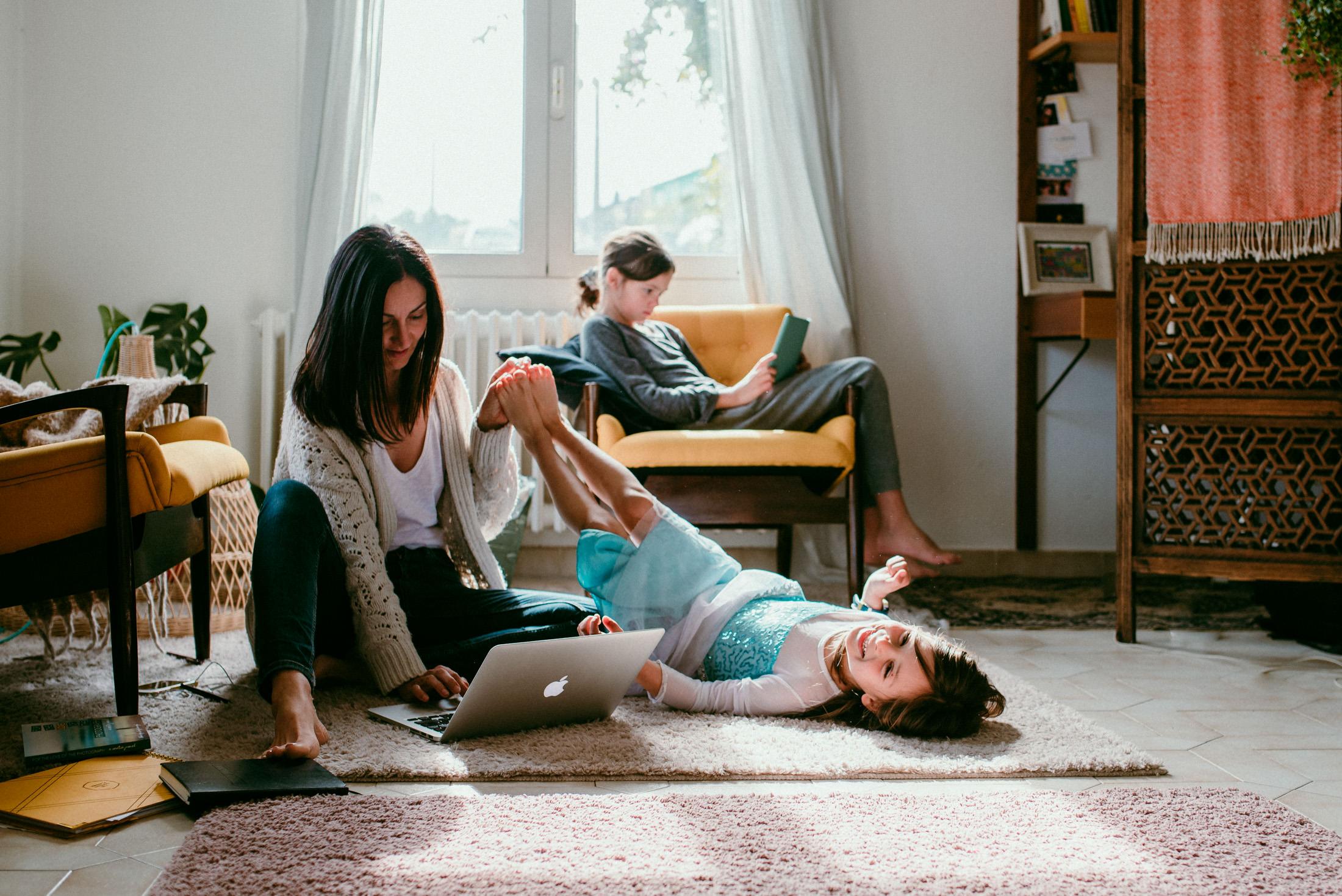 portrait de maman assise par terre, ses filles avec elle