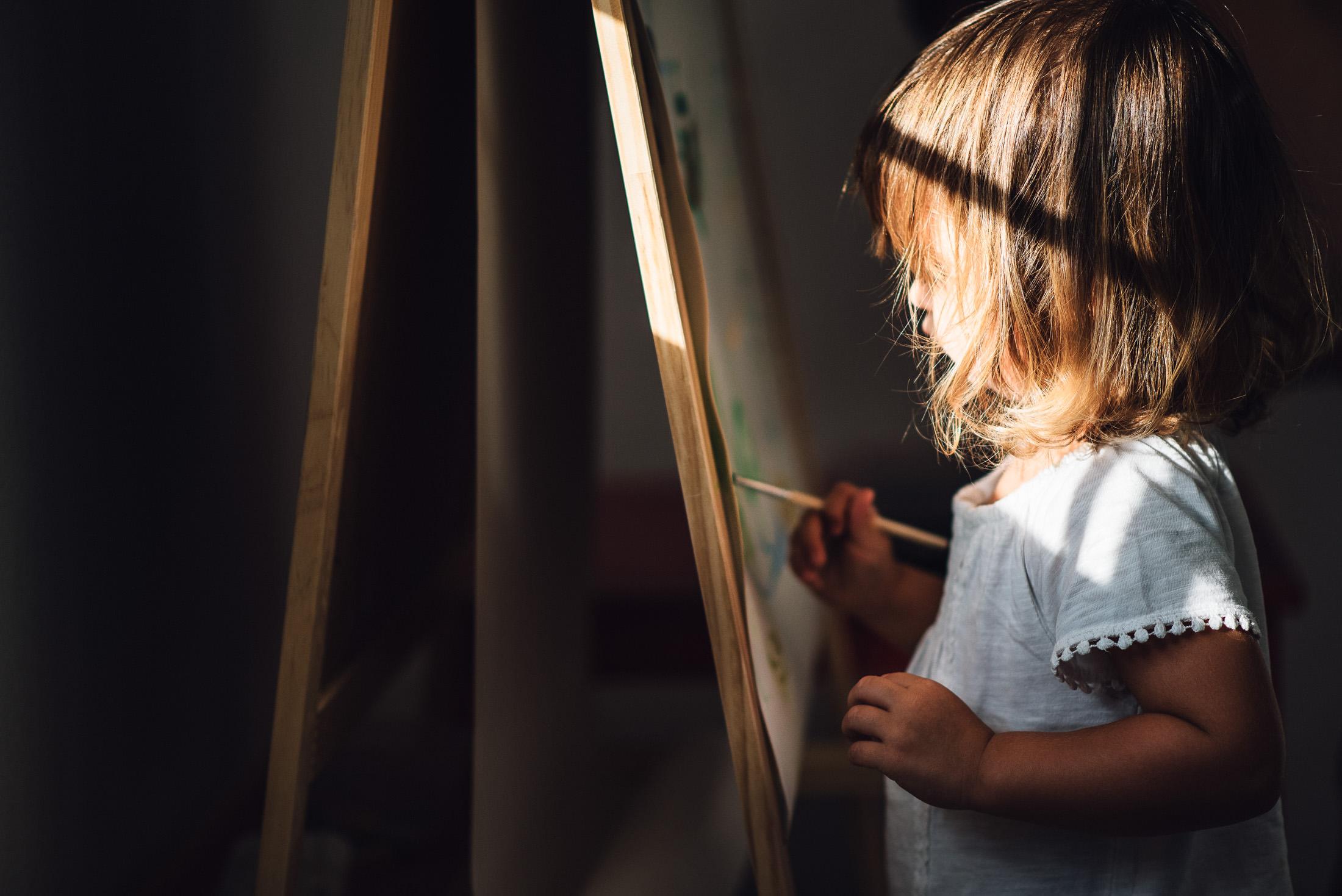 une petite fille peint