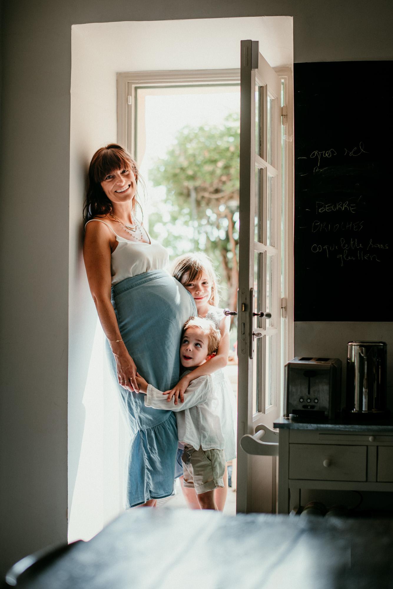 portrait femme enceinte avec ses deux autres enfants