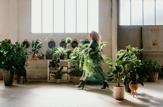 femme qui marche dans son atelier de plantes vertes.